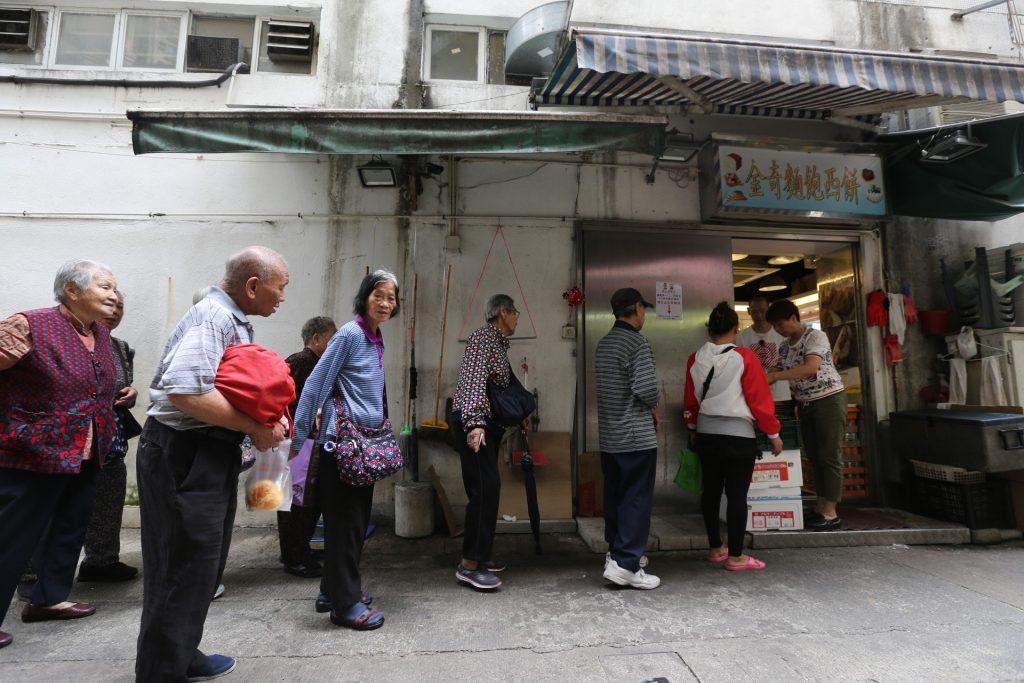 每逢星期一、二、四、五,也有大批長者來麵包店排隊。