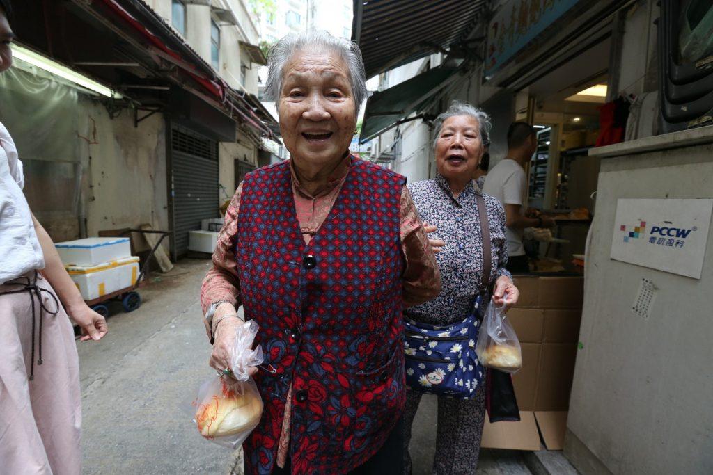 不少長者拿到麵包後都笑逐顏開。