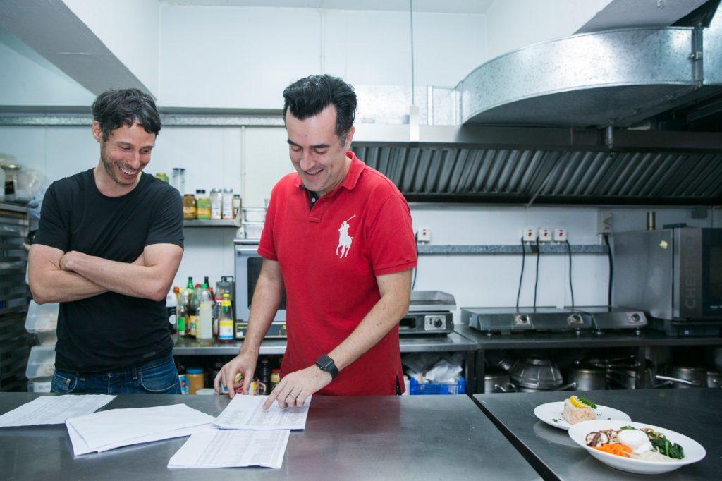 Chris﹙右﹚和 Guillaume 來了香港超過 15 年,希望可以幫助改善香港人的飲食習慣。